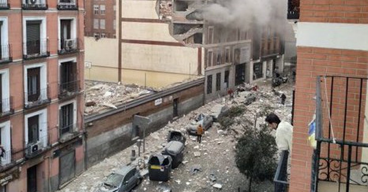 a-strong-explosion-destroyed-a-building-in-the-center-of-madrid