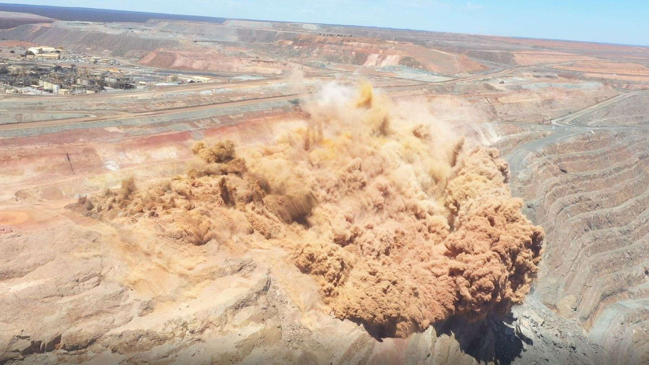 spectacular-blast-at-massive-gold-mine-shifts-a-million-tonnes-in-25-seconds
