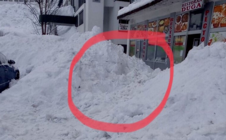 snow-fell-from-the-roof-of-the-building-and-buried-the-woman-and-child,-the-citizens-saved-them