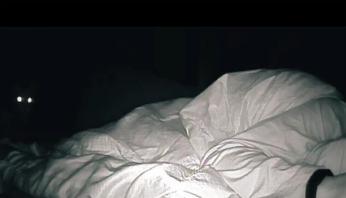 susie-wist-niet-waarom-ze-zich-'s-ochtends-altijd-zo-moe-voelde,-dus-zette-ze-een-camera-in-haar-slaapkamer