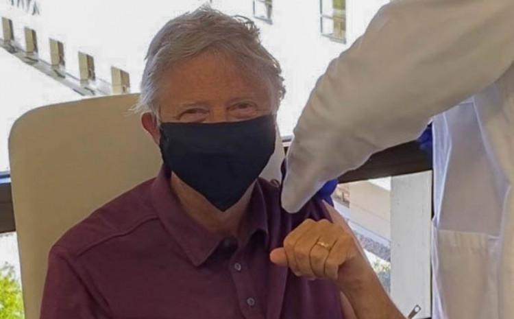bil-gejts-primio-prvu-dozu-vakcine-protiv-koronavirusa