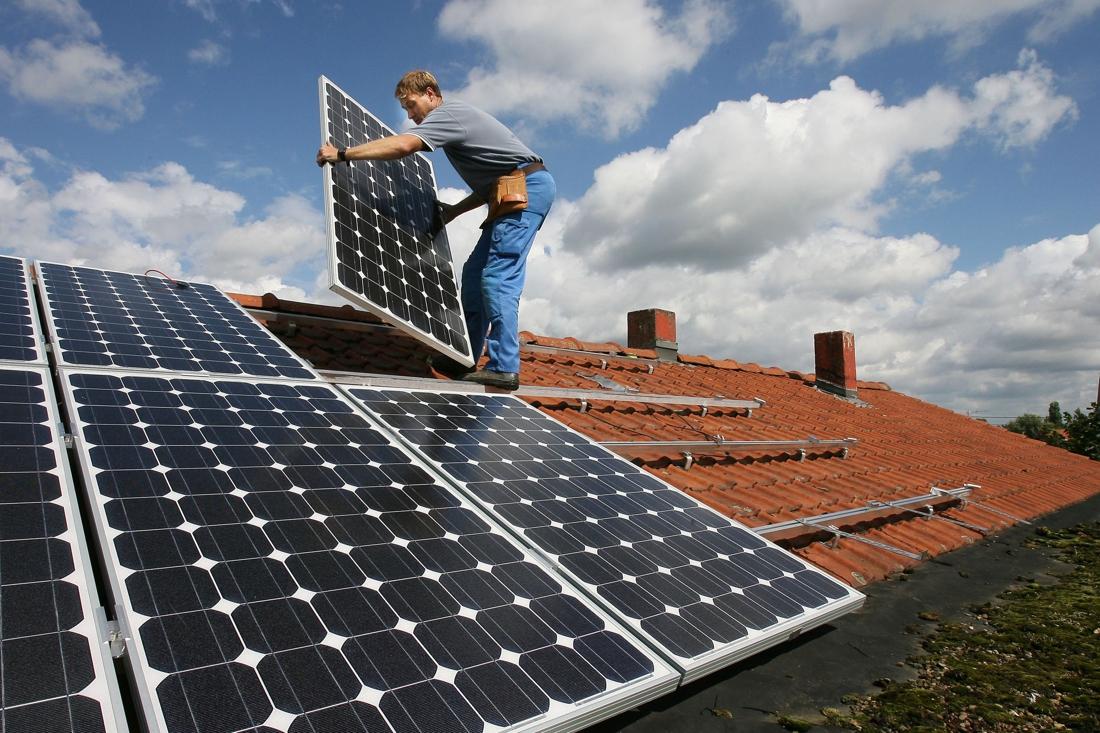 hoe-tienduizenden-gezinnen,-maar-ook-bedrijven-en-ministers-zich-doorheen-de-jaren-verbrandden-aan-zonnepanelen