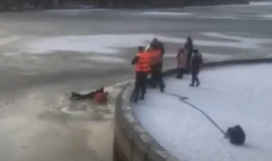 В-Бресте-спасатели-достали-из-воды-10-летнего-школьника,-который-сорвался-с-парапета-набережной-в-реку
