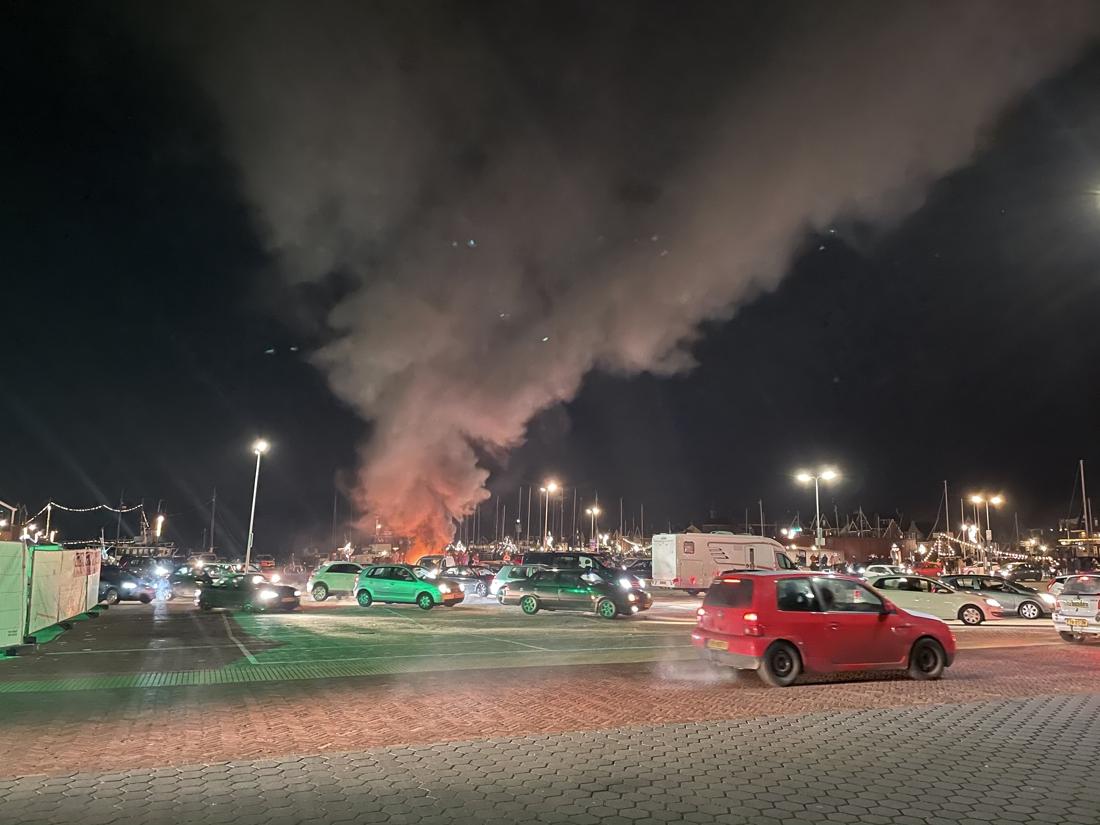 protest-tegen-avondklok-in-nederland-loopt-uit-de-hand-in-kleine-gemeente:-corona-testdorp-verwoest
