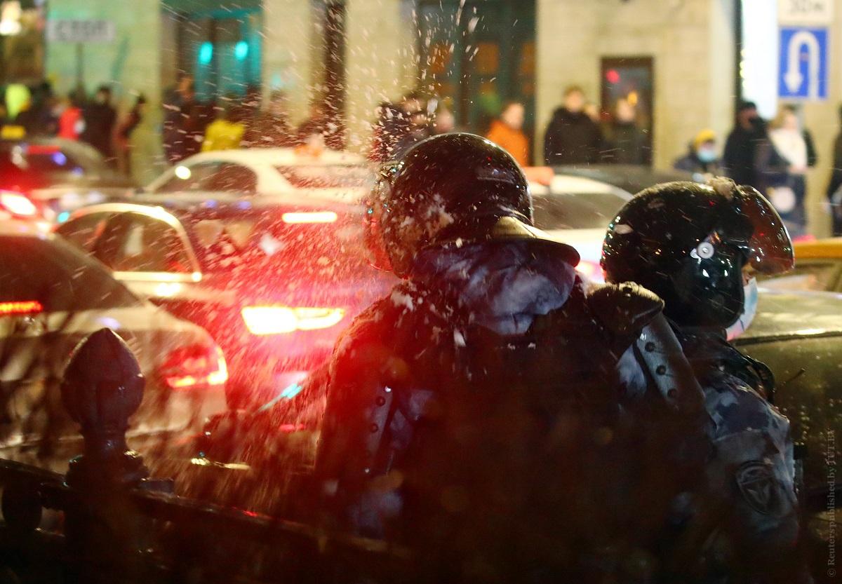 От-снежной-битвы-до-нападения-на-машину.-Российские-акции-протеста-в-двух-видео-с-Цветного-бульвара-в-Москве