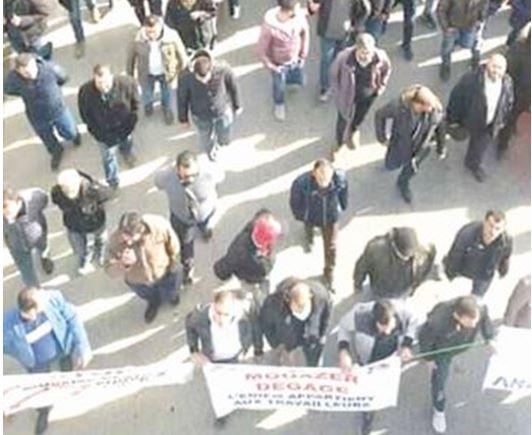 """عمّال-مصنع-""""أونيام""""-يخرجون-في-مسيرة-بشوارع-تيزي-وزو"""