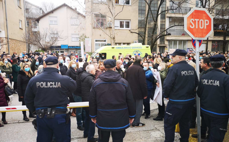 incident-at-the-protests-in-mostar,-medics-attacked,-one-person-detained