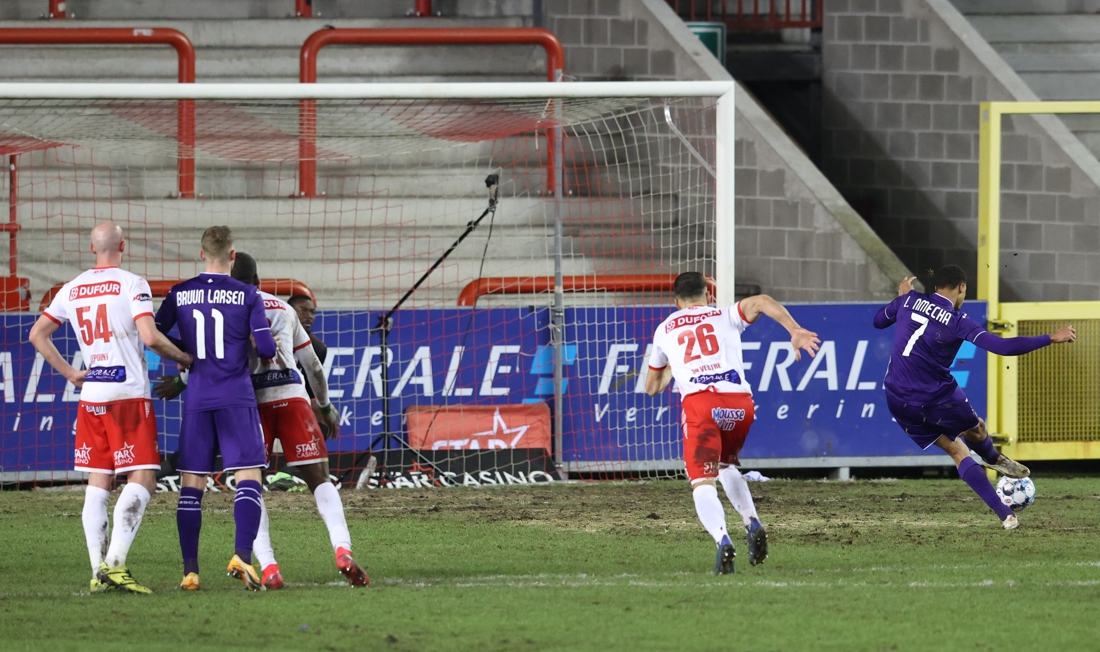penalty-or-not?-this-offense-by-serge-tabekou-gives-anderlecht-a-penalty-kick-and-a-point-against-mouscron