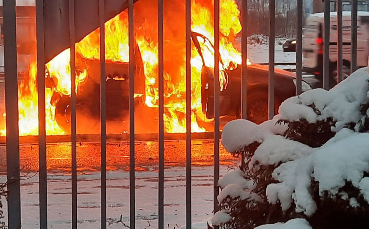 zapalio-se-automobil-na-saobracajnici-u-nedzaricima