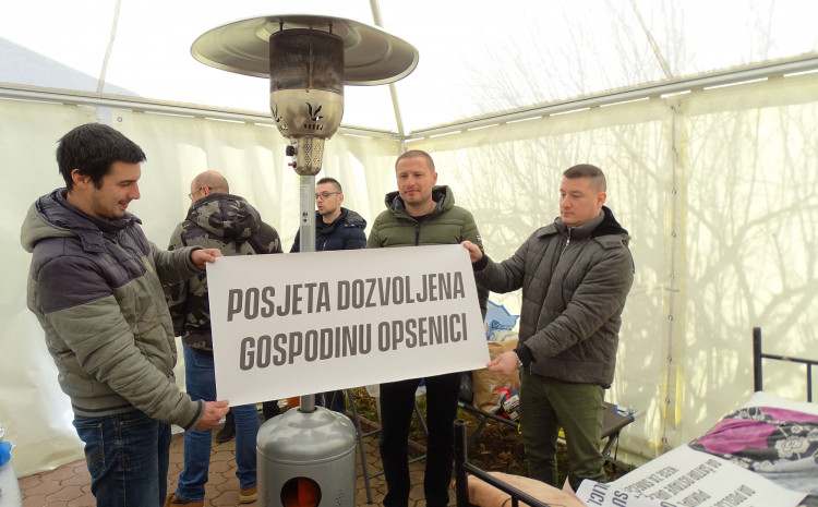 medics-on-the-third-day-in-the-tent,-the-hnk-government-pretends-not-to-exist