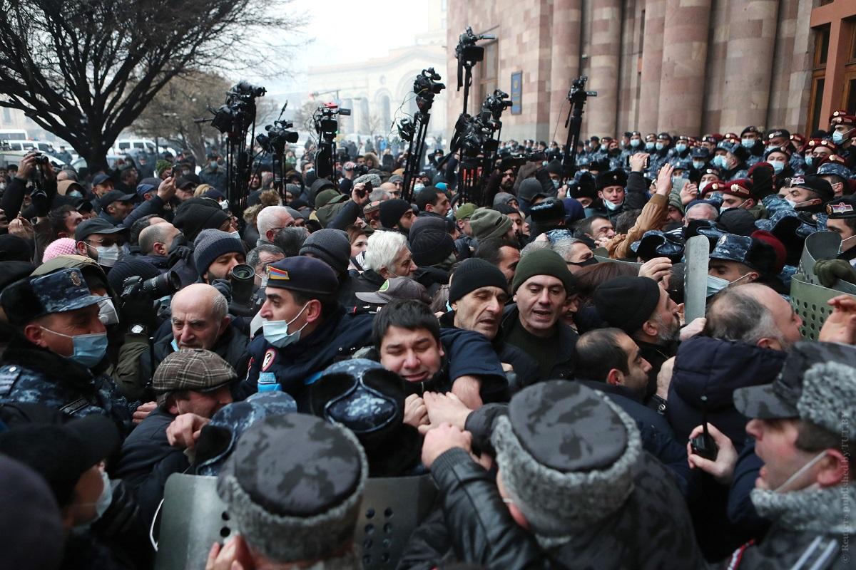 Протесты-в-Ереване:-митингующие-пытались-прорваться-в-здание-парламента