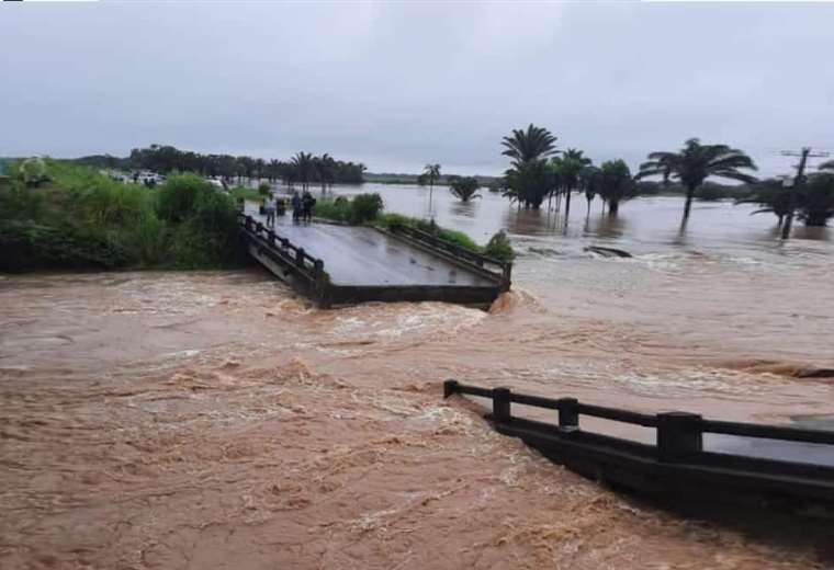 colapsa-un-puente-en-el-norte-cruceno;-la-crecida-del-rio-san-miguelito-se-llevo-parte-de-la-estructura