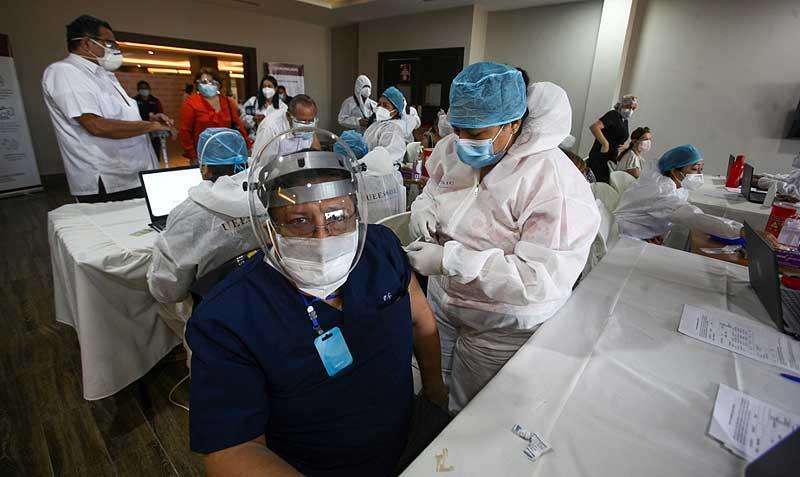 la-vacunacion-se-retoma-en-la-uees-con-2-400-dosis-para-colegios-de-profesionales-de-la-salud