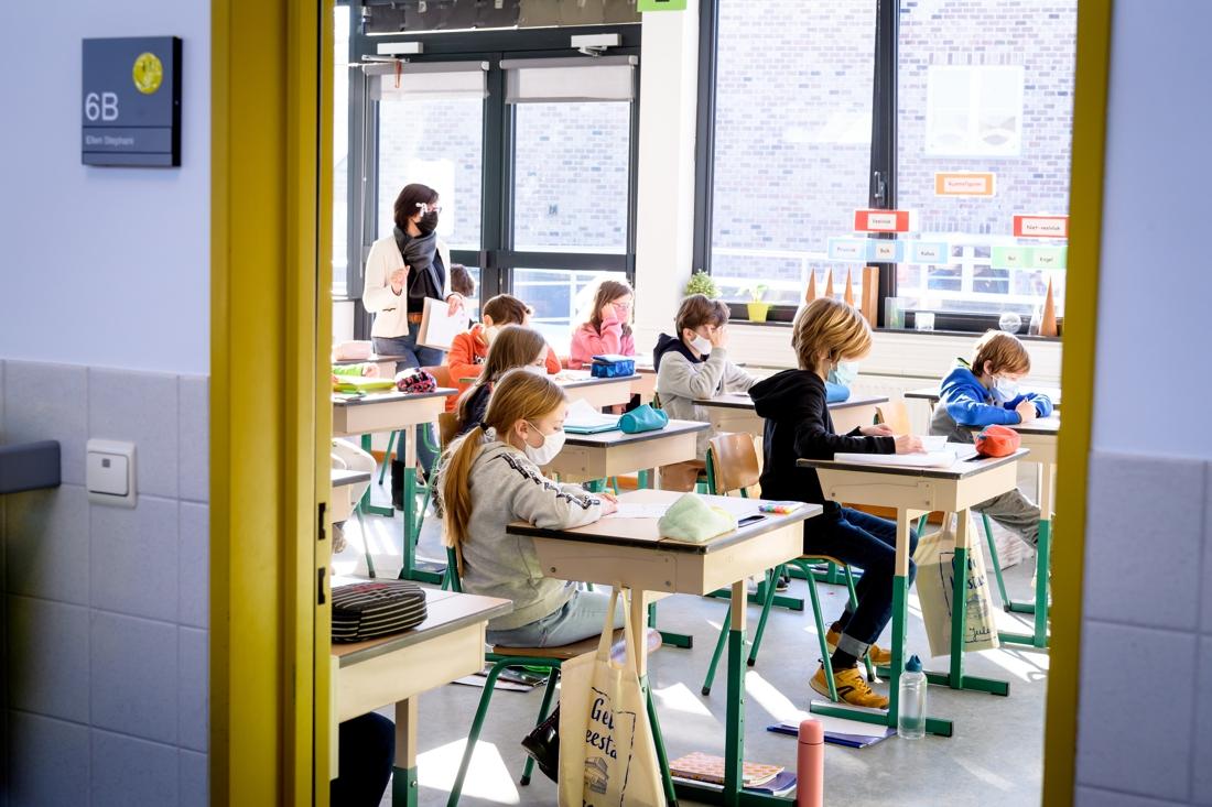 onderwijs-grijpt-in-na-piek-in-besmettingen:-mondmaskers-in-lagere-school-en-middelbaar-pas-na-paasvakantie-voltijds-naar-klas
