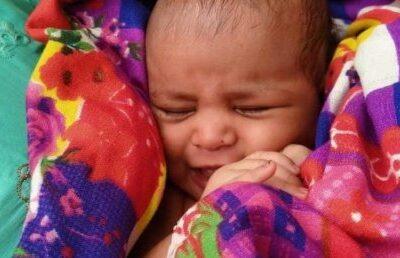 salvare-miraculoasa!-un-bebelus-de-doar-3-saptamani,-gasit-in-viata,-intr-o-cutie-plutind-pe-raul-gange-(video)