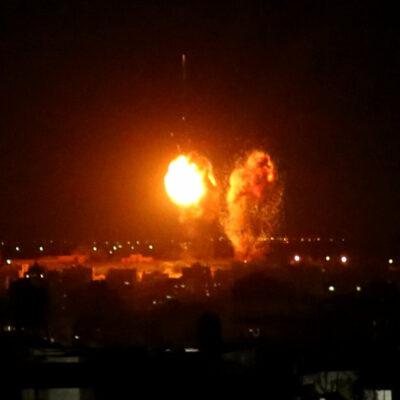 izraelis-vel-smoge-gazos-ruozui,-atsakydamas-i-atakas-padegamaisiais-balionais