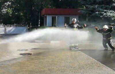doi-pompieri-si-au-incheiat-activitatea-profesionala-sub-jeturi-de-apa-(video)