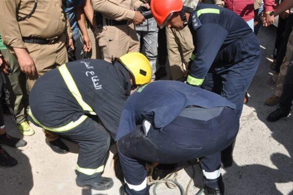 إنقاذ-عامل-وانتشال-جثة-آخر-من-فتحة-للتصريف-الصحي-بكربلاء-(foto)