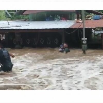 (video)-angustiante-rescate:-policias-de-fronteras-logran-sacar-en-brazos-a-bebe-de-inundacion