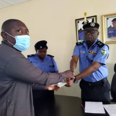 excitement-as-police-present-over-n22.7m-to-15-deceased-officers'-families-in-nassarawa-[photos]
