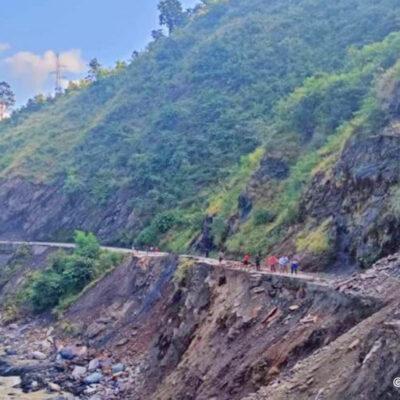 सुदूरपश्चिमका-पहाडी-जिल्लामा-पहिरोले-अवरुद्ध-बनाएको-सडक-अझै-खुलेनन्