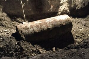 bomba-exploto-tras-76-anos-bajo-tierra-y-mata-a-2-personas